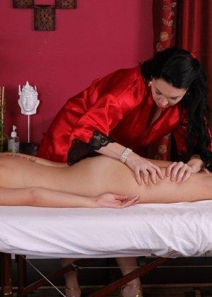 Пышногрудые лесбиянки любят делать массаж друг другу, он всегда заканчивается куни и оргазмом - фото 9