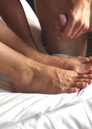 Выебал пожилую блондинку и кончил ей на ноги - фото 9