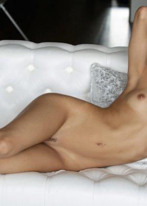Голая латинская красотка лежит на кровати - фото 8
