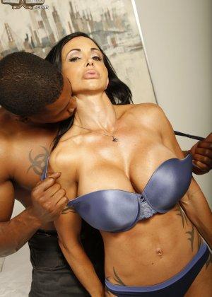 Оральный секс грудастой зрелой брюнетки и негра - фото 5