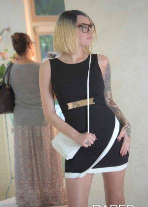 Соло татуированной девушки в очках - фото 7