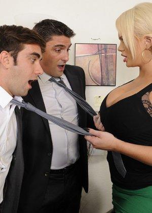 Алексис Форд – роскошная блондинка, которая соблазняет сразу двух мужчин и дает им себя потрахать - фото 5