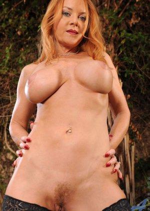 Голая зрелая рыжая женщина - фото 1