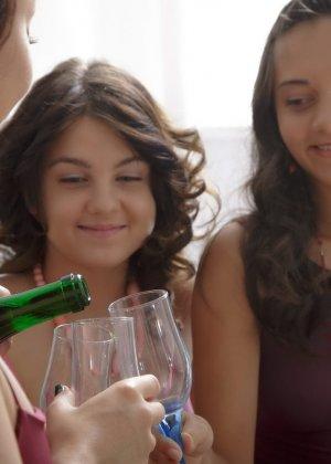 Три девушки устраивают вечеринку, на которой они выпивают, а затем начинают друг друга ласкать - фото 8