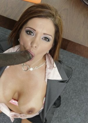 Франческа ебется с темнокожим боссом на работе - фото 17