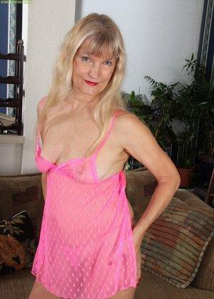 Голая пизда пожилой блондинки - фото 7