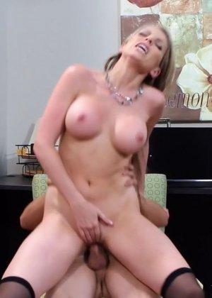 Жена на работе занимается сексом с начальником - фото 6