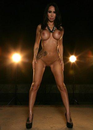 Ебля в бассейне женщины с силиконовой грудью - фото 11
