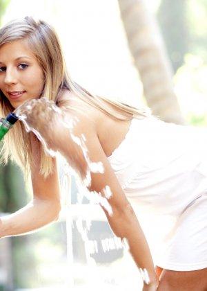 Обнаженная плоская блондинка пьет воду из шланга - фото 15