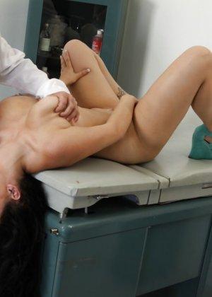 Бородатый гинеколог ебет большим хуем красивую сисястую бабу - фото 2