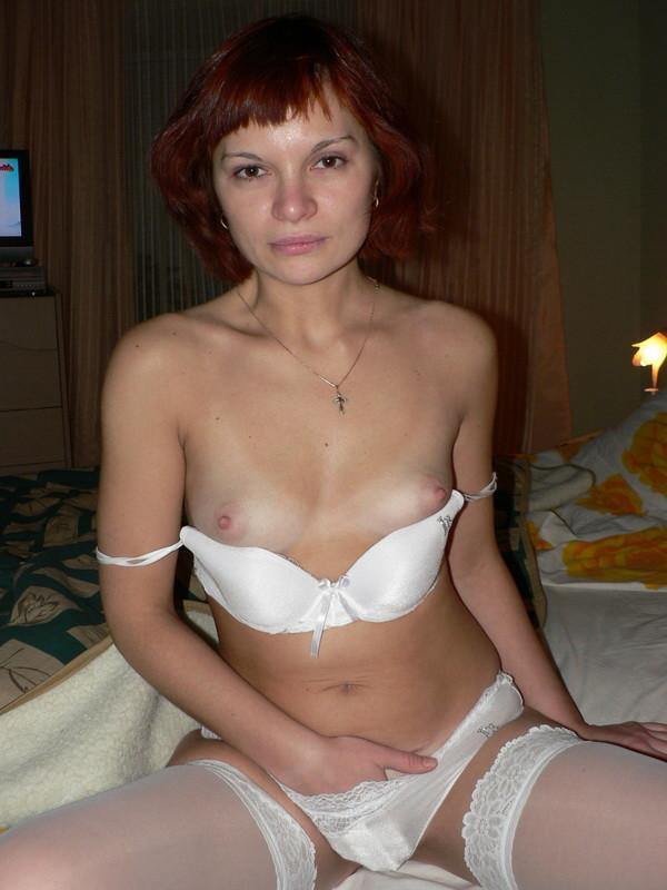 Раскованная девушка готова показывать свое тело и трахаться прямо перед камерой, ничего не стесняясь