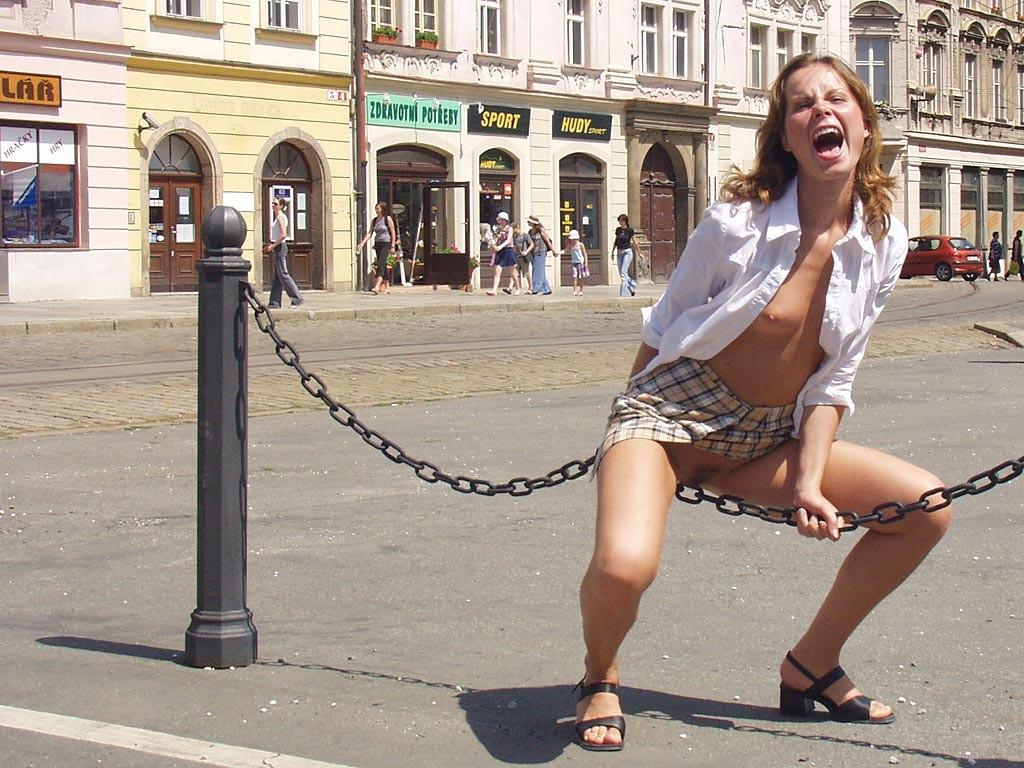 Распутная телочка гуляет по улицам красивого города и при этом оголяется на глазах у шокированного народа