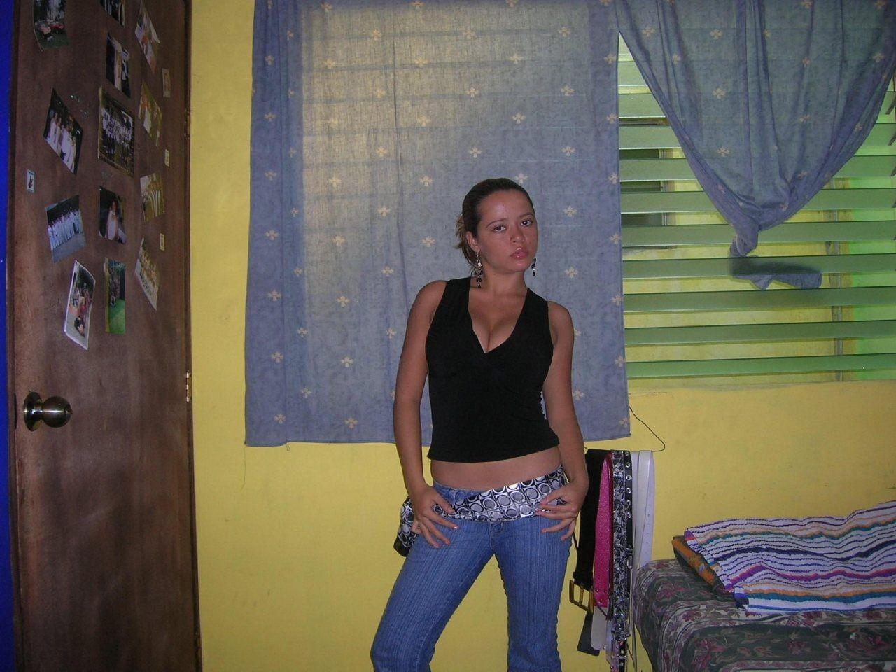 Девушка соглашается на домашнюю фотосессию, в которой она показывает все свои достоинства