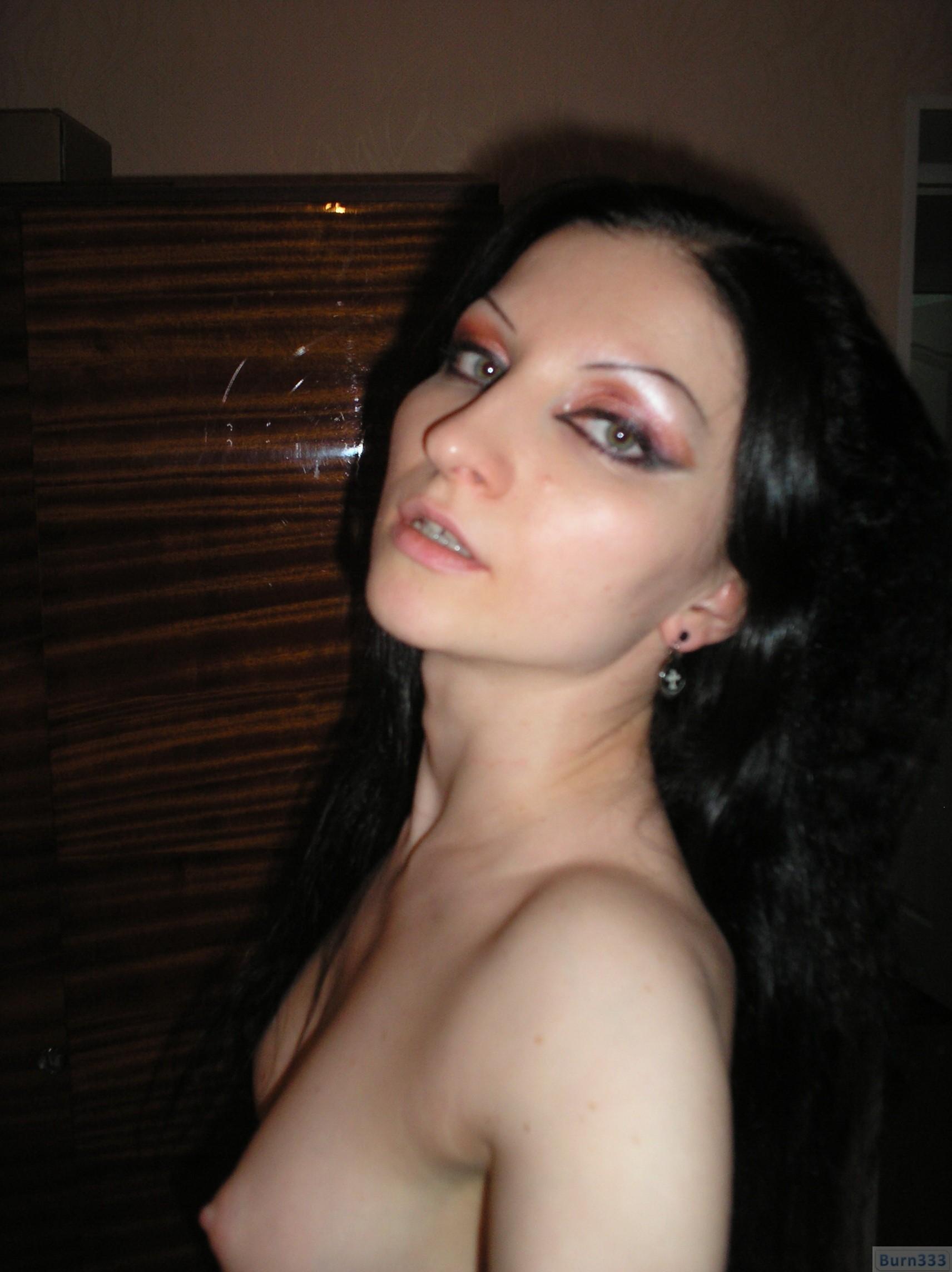Девушка соглашается на домашнюю эротическую фотосессию, в которой она постепенно раздевается