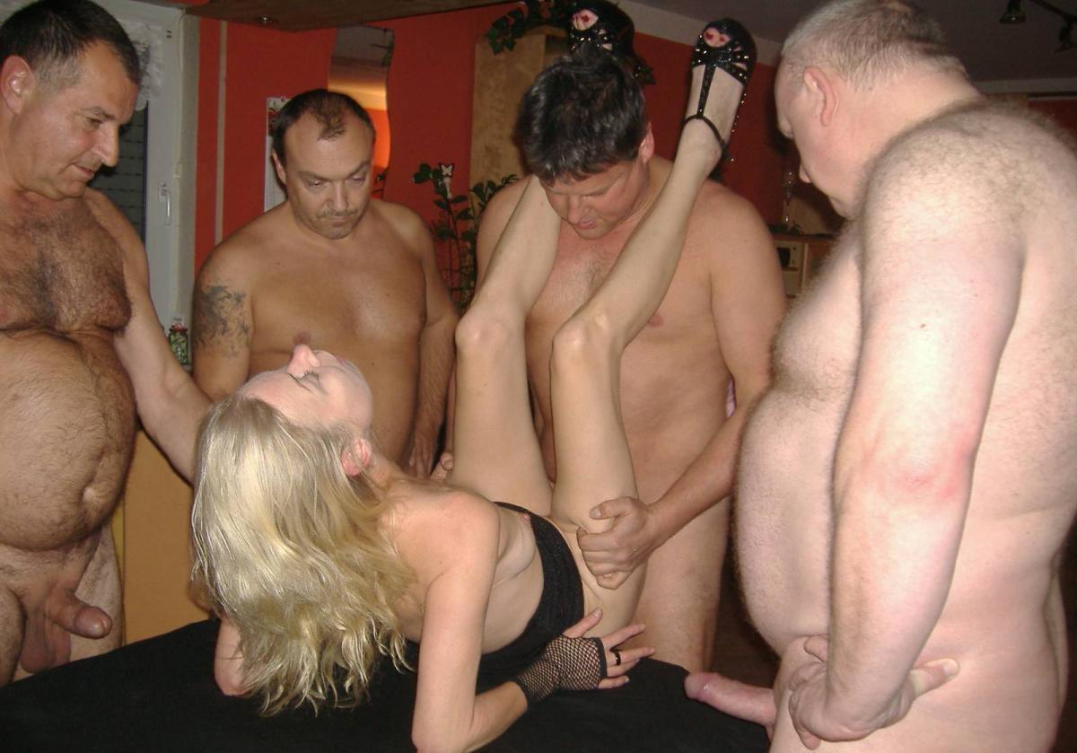 Блондинку окучивают четыре мужика и она старательно всех ублажает, как только умеет