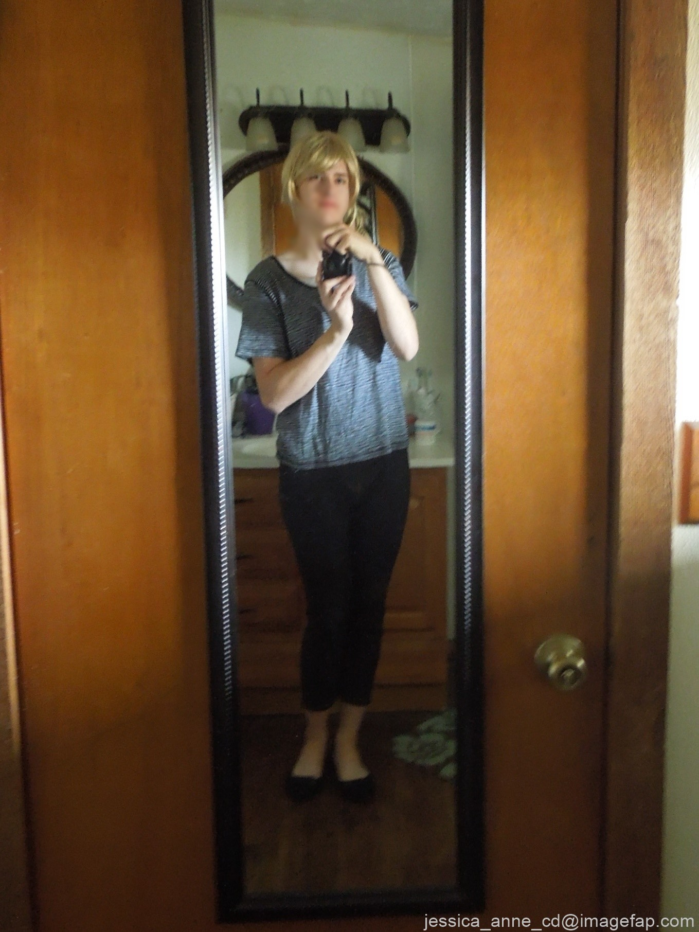 Девушка меняет разное белье перед зеркалом и показывает себя перед камерой, но скрывает лицо