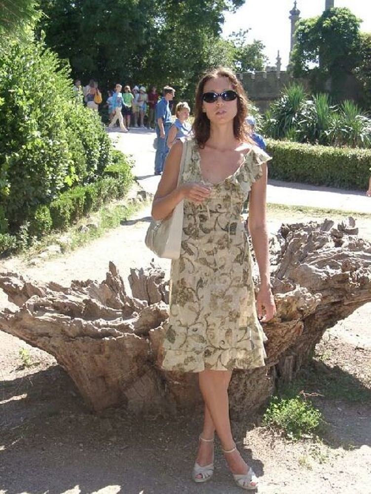 Смелая девушка не стесняется показывать свою фигуру, прогуливаясь по городу в обнаженном виде