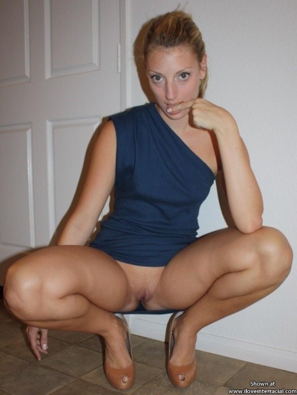 Блондинка достаточно раскованно чувствует себя перед камерой – она готова показать многое