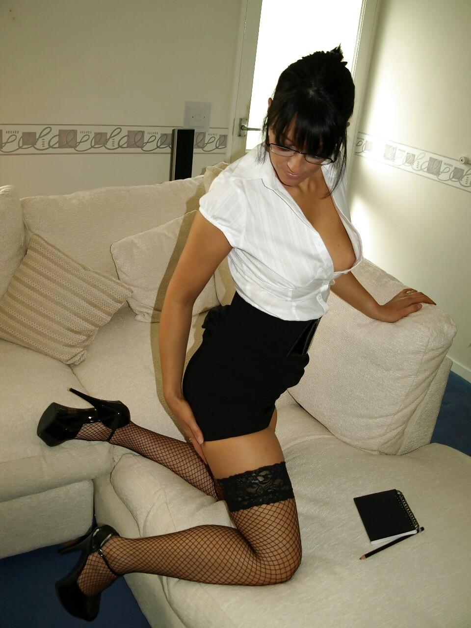 Брюнетка показывает, как она меняет образы – в любом из них она выглядит очень сексуально