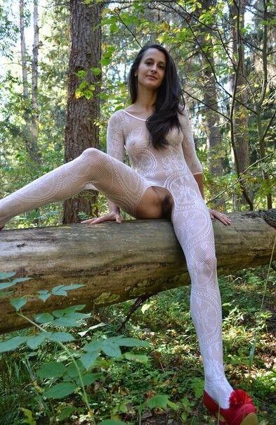 Замужняя шлюшка демонстрирует свою фигурку в разных эротических образах прямо в лесной чаще