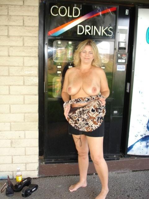 Зрелая пышная женщина показывает свое тело, абсолютно не стесняясь взглядов окружающих
