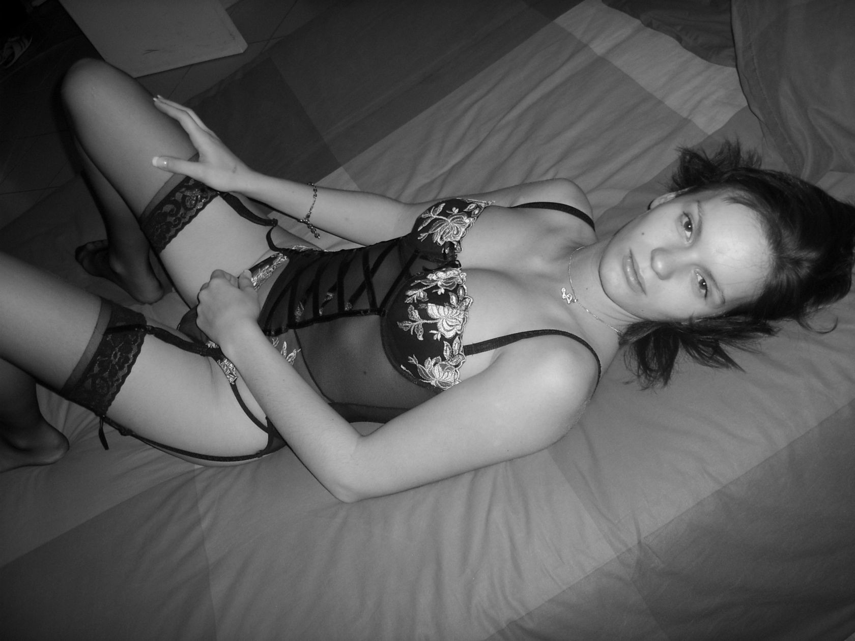 Девушка сначала просто обнажается перед камерой, а затем разрешает снимать себя во время секса
