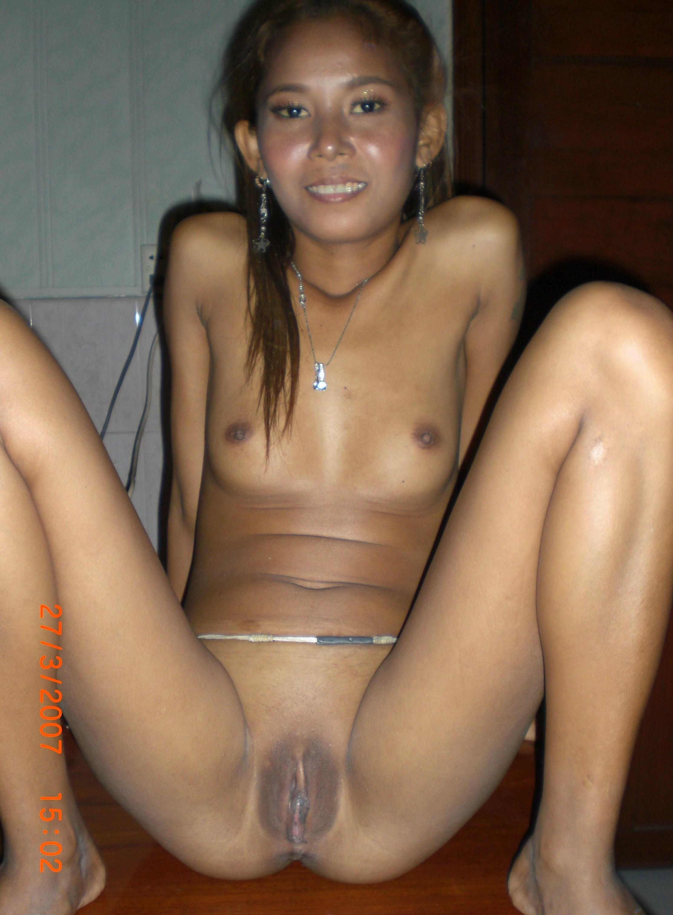 Тайская девушка соблазнила мужчину и оказывает ему интимные услуги, разрешая себя снимать