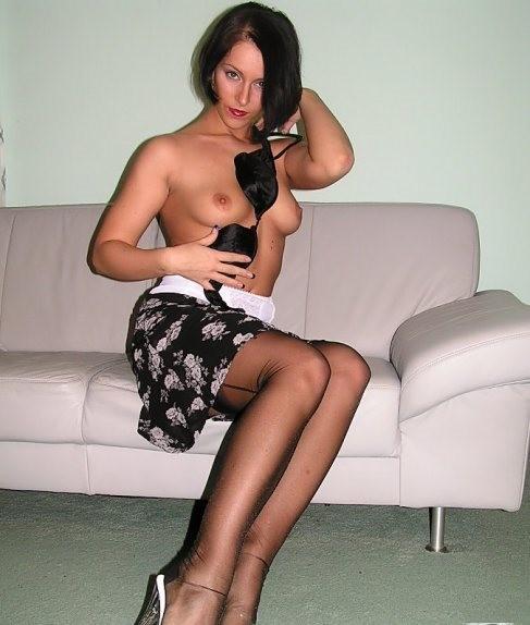 Брюнетка в красивом нижнем белье, демонстрируя очень привлекательное тело под одеждой