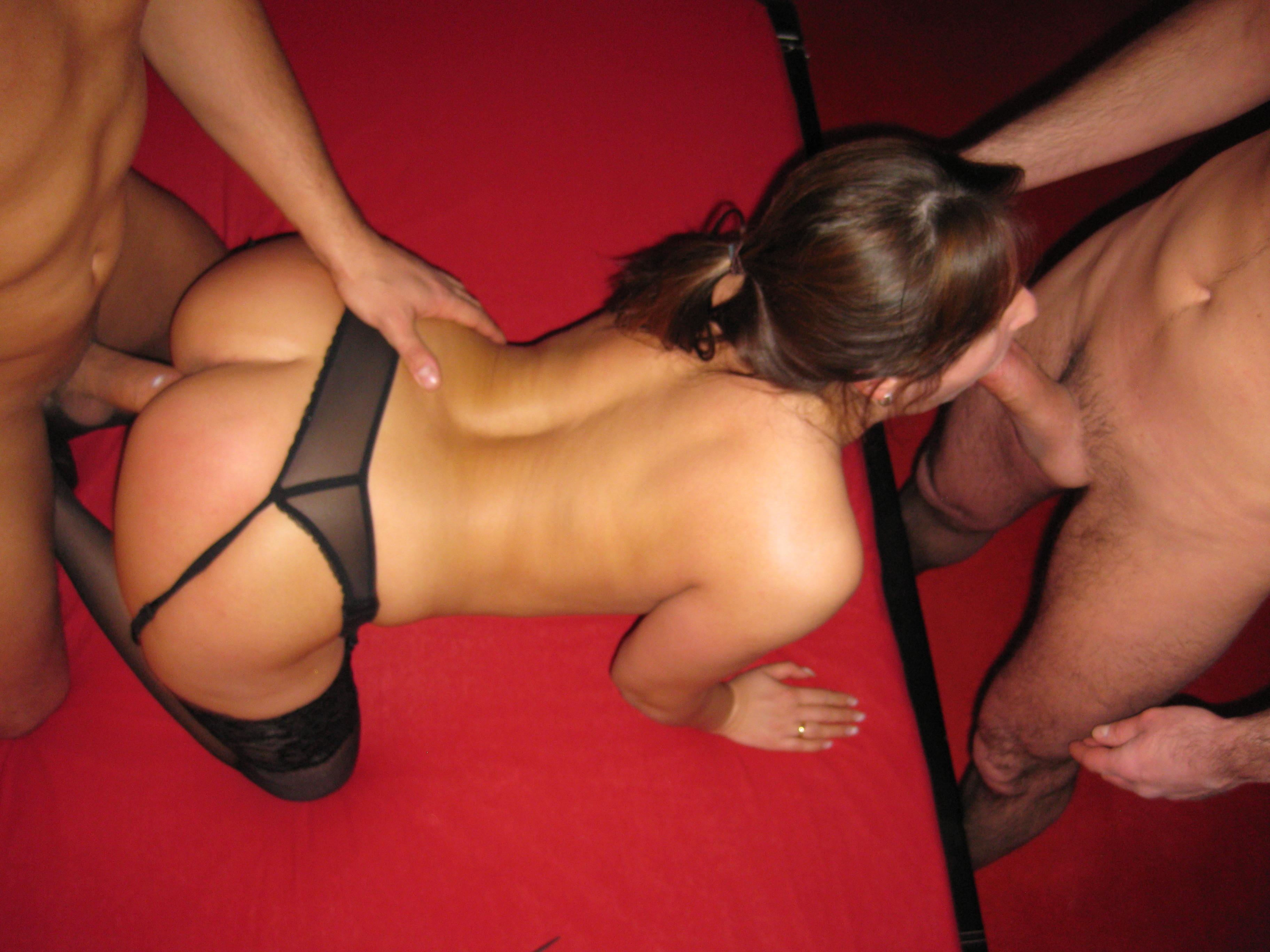 Девушке устраивают двойное проникновение, а она получает от этого большое удовольствие