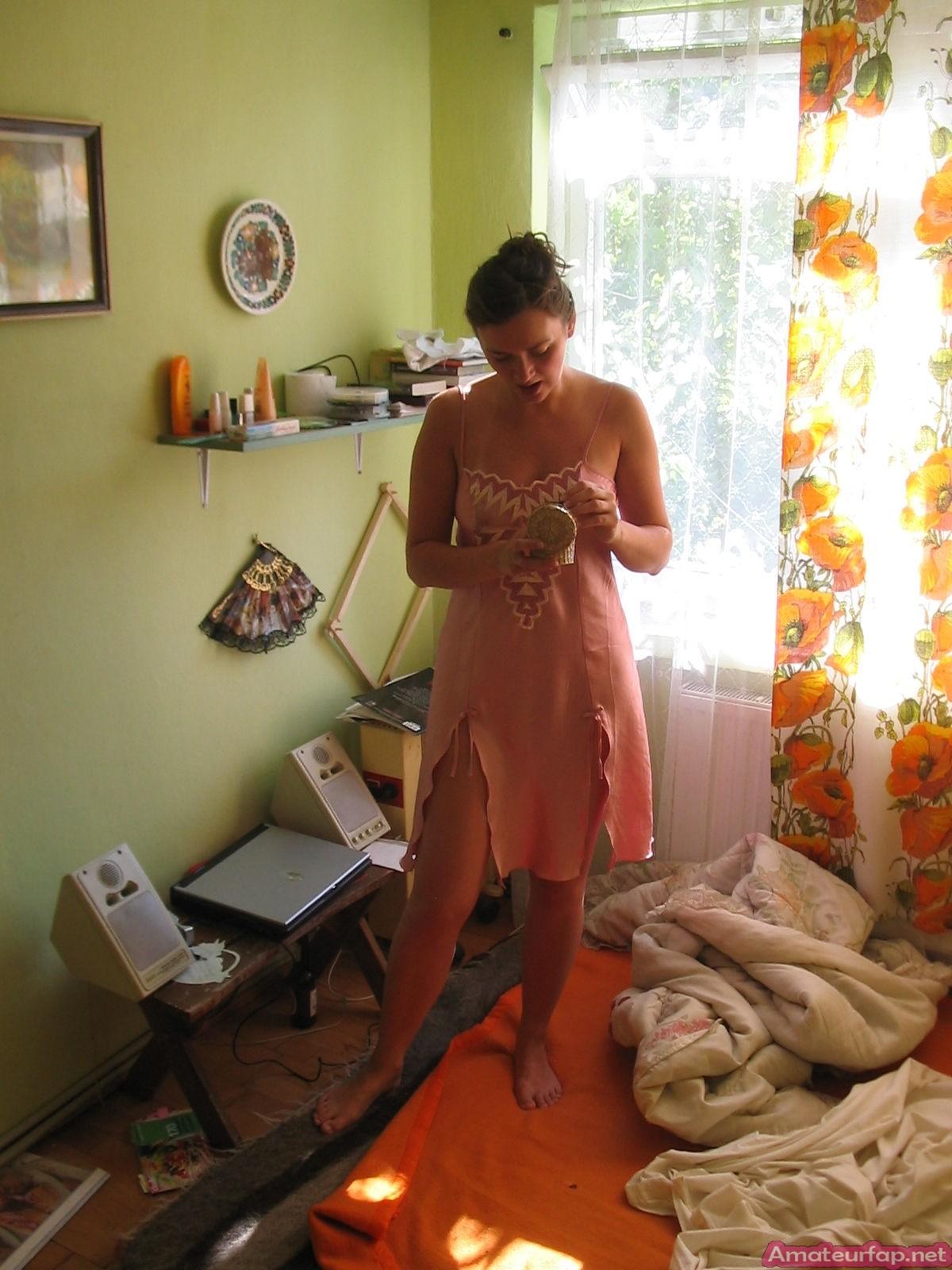 Девушка хранит совершенно разные фото – начиная от моментов, когда она бреется до свадебных фото