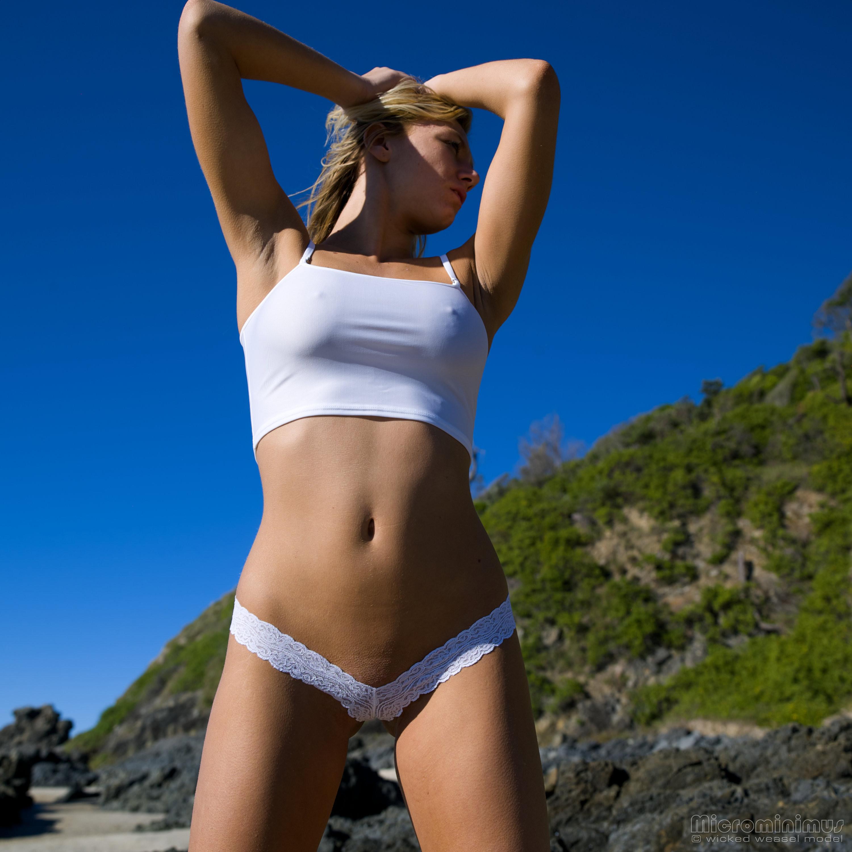 Самые разные девушки показывают свои тела в микроскопических бикини – ткань почти ничего не прикрывает