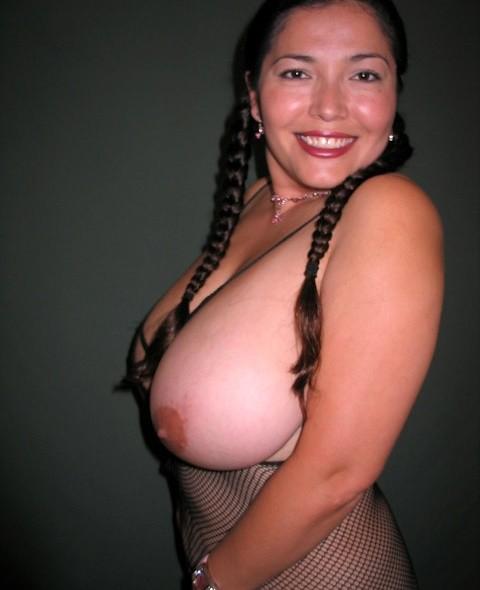 Ванеса Рейес показывает свои огромные буфера перед камерой и поражает их невероятным объёмом