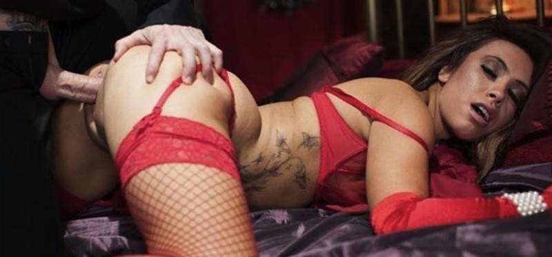 Ханна – сексуальная брюнетка, которая с удовольствием показывает свое тело, ведь ей нечего стесняться