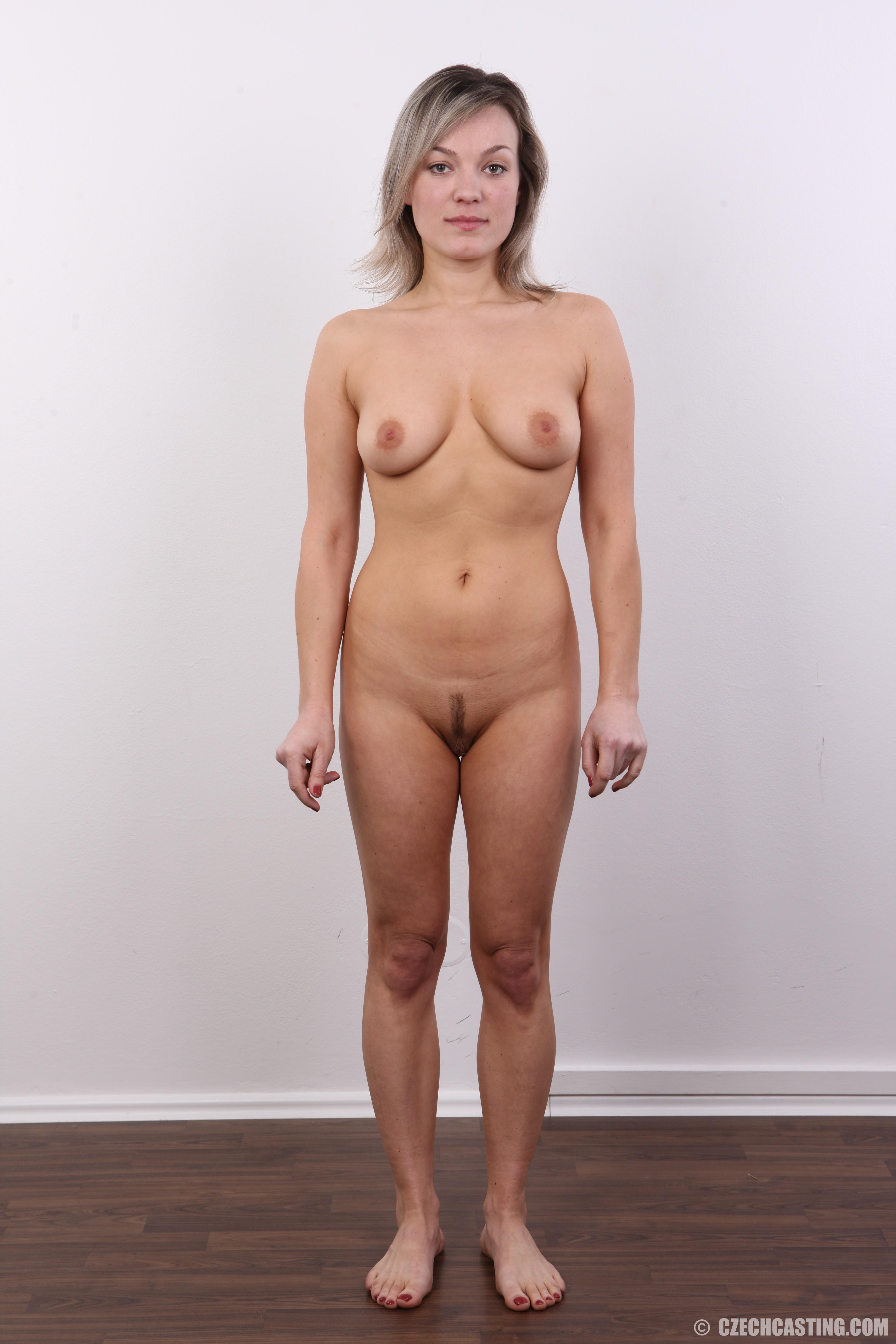 Девушка участвует в фотосессии, чтоб показать своё обнажённое тело перед камерой всем желающим
