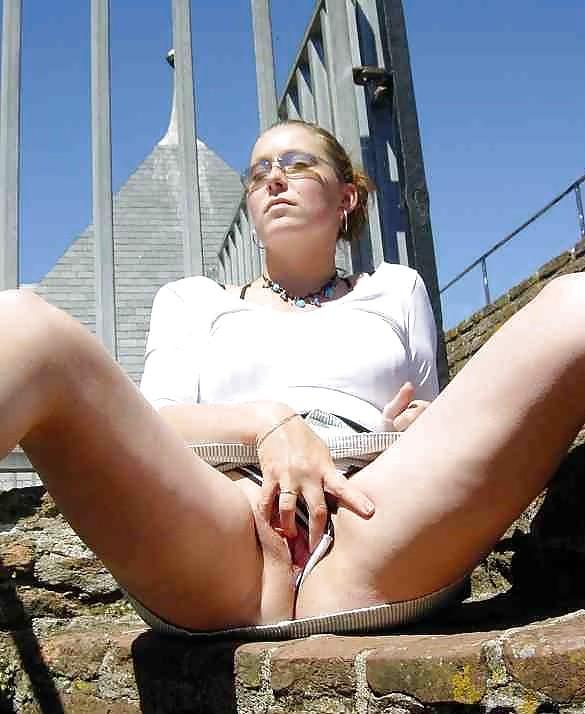 Польская дамочка раздевается перед камерой, показывая все самые интимные части своего тела