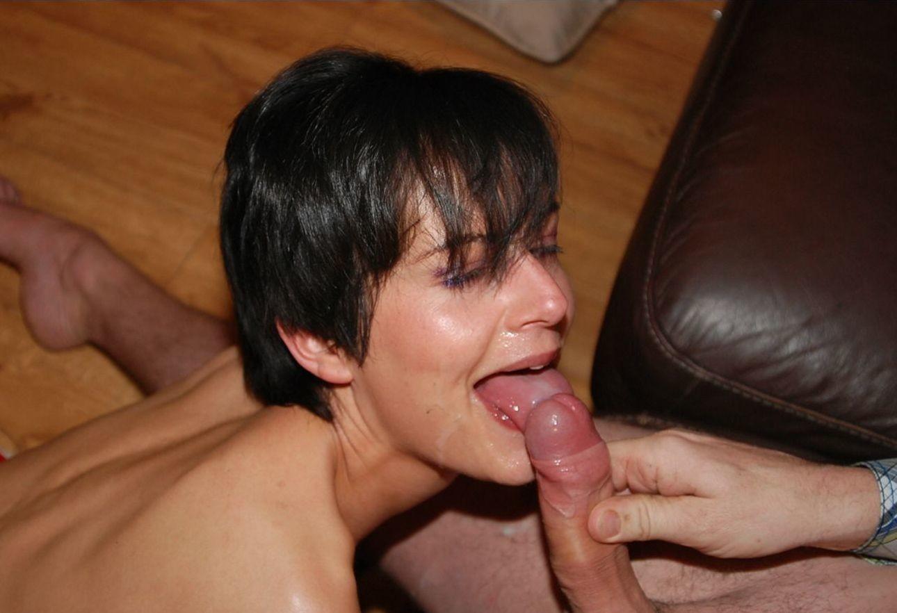 Девушка показывает свою волосатую пизденку, а затем подставляет все щелочки для качественного секса