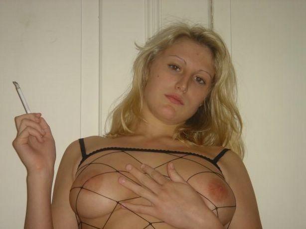 Юлия любит баловаться со своей подружкой – она переодевается в черную сетку, которая соблазнительно выглядит