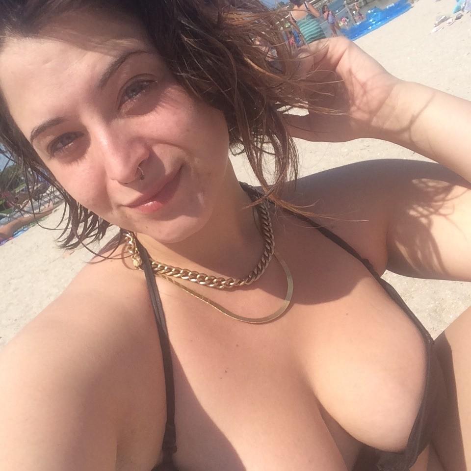 Девушка очень любит делать селфи, показывая свою выдающуюся грудь – ей действительно есть что показать