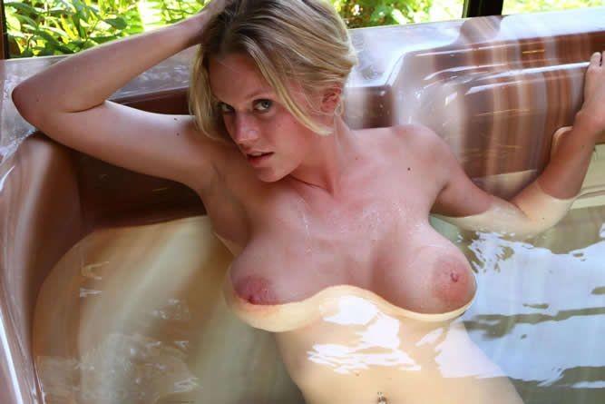 Горячая блондинка шокирует объёмом своей груди - ей действительно есть чем похвастаться