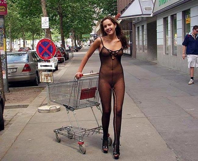 Сексуальные девушки демонстрируют себя в эротических костюмах – они выглядят очень соблазнительно