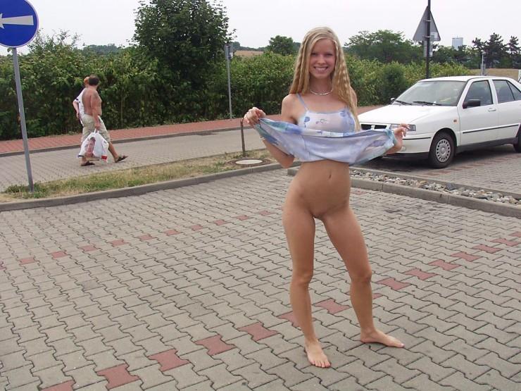 Раскованная блондинка не стесняется удивленных взглядов, когда гуляет по улицам своего города