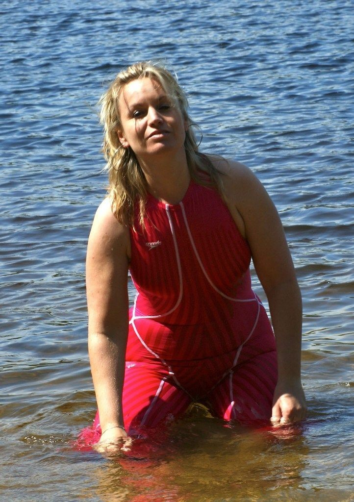 Женщина позирует в море, не снимая с себя легкий комбинезон – она вся промокает насквозь, но это даже сексуально