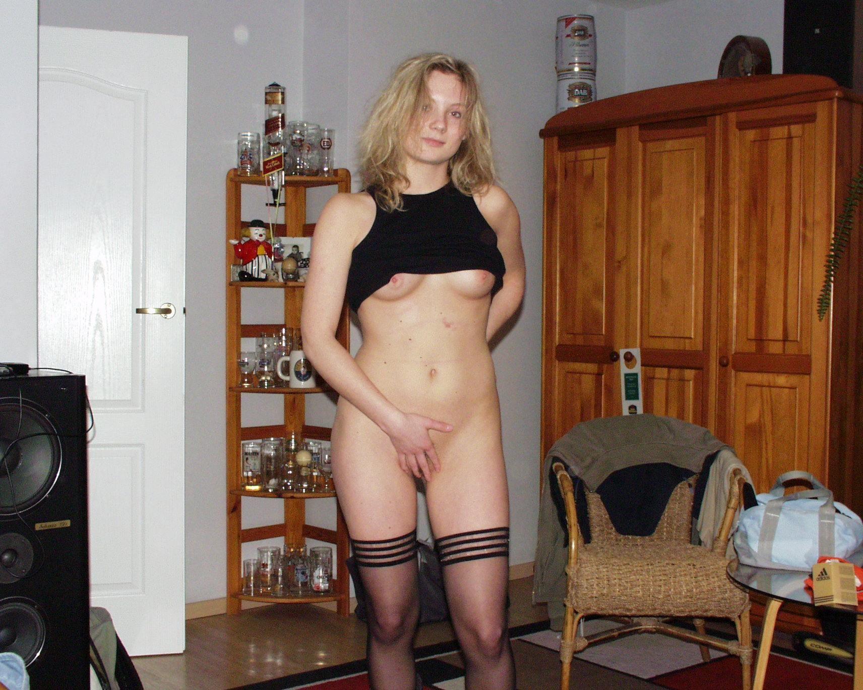 Девушки раздеваются в домашних условиях и показывают свои сексуальные тела всем желающим