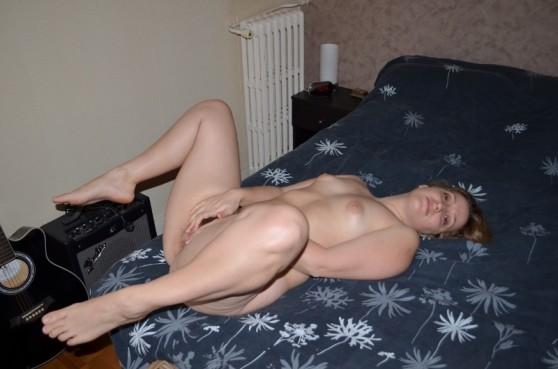 Одна горячая штучка любит делать эротические фото, при этом она пренебрегает использованием бритвы