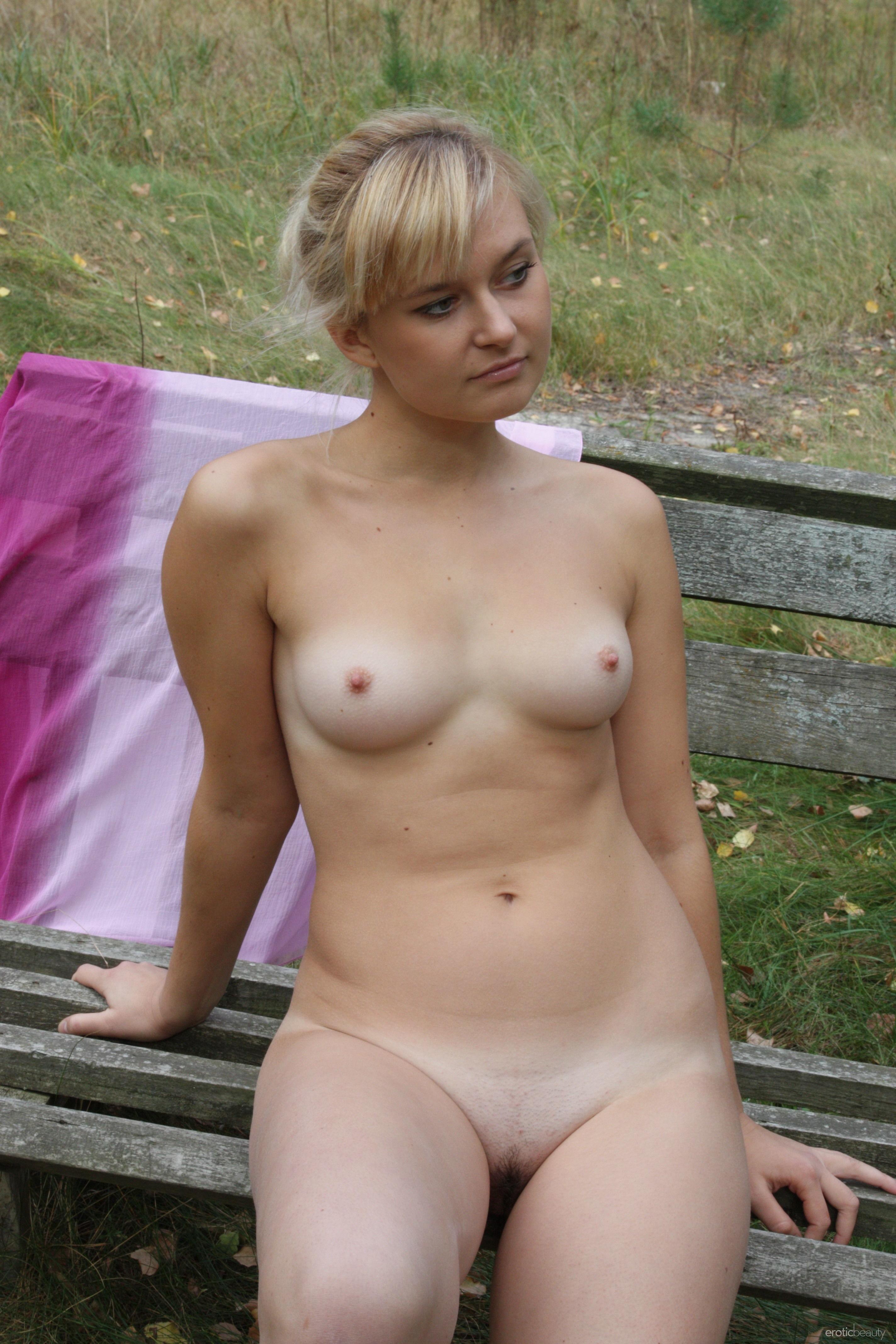 Милая блондинка позирует прямо на природе и не стесняется – ее фигурке можно только позавидовать