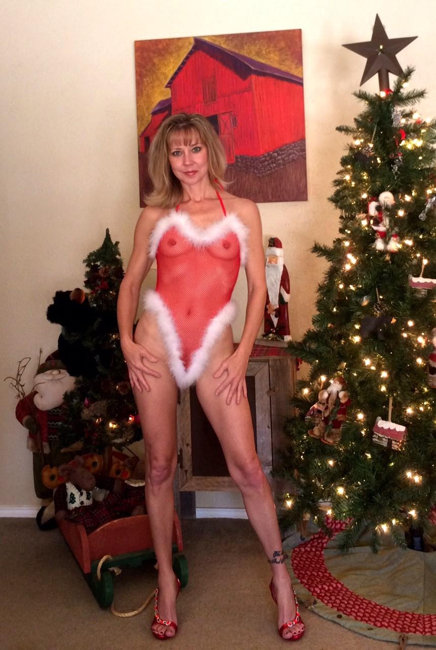 Девушка в рождественском боди позирует перед камерой – она выглядит достаточно соблазнительно