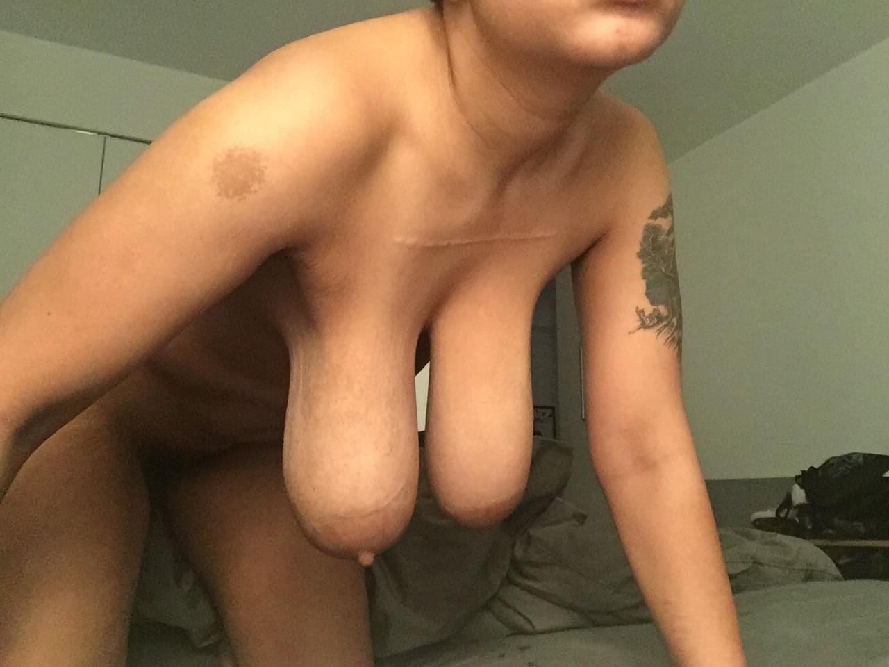 Огромные женские груди просто шокируют своим размером - они принадлежат явно немолодой особе