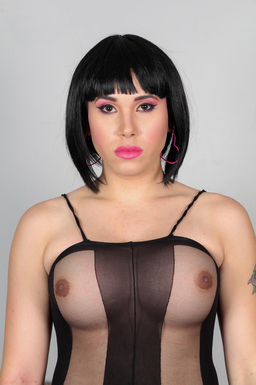 Сексуальная брюнетка показывает себя в эротичном костюме, а под ним оказывается большой сюрприз – мужской член