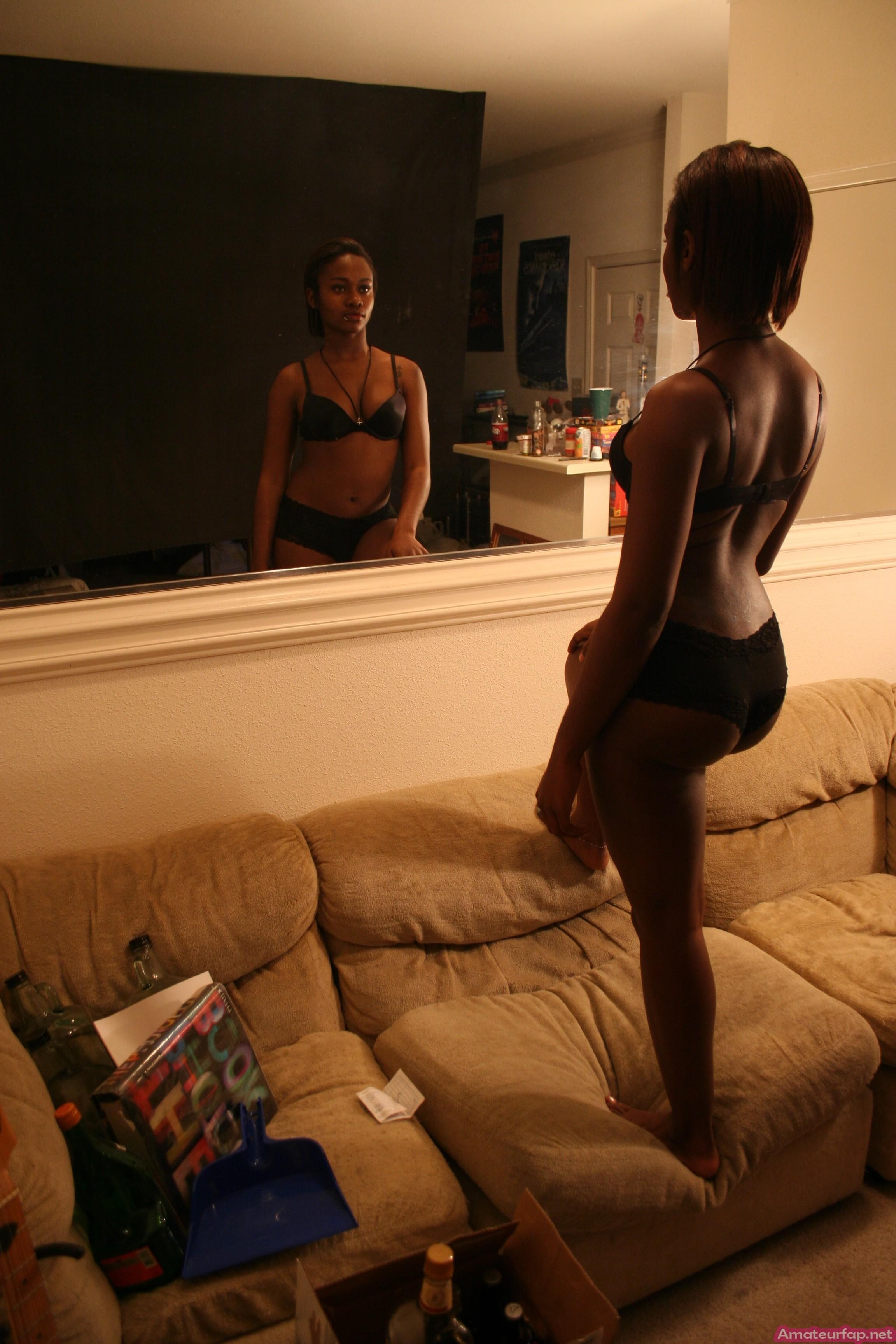 Африканская девушка показывает экзотическое тело в обнажённом виде прямо перед камерой