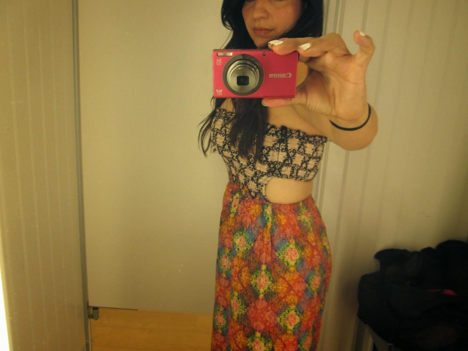 Девушка с экзотической внешностью делает селфи, на которых она меняет разные платья и не только